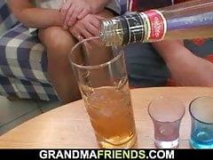 Vollbusige blonde Oma nimmt zwei große Schwänze