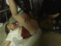 Liliane zerżnięta przez hobo i nastolatkę na parkingu