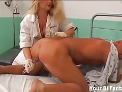 Gangbanged da infermieri dominanti con strapons