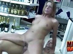 Milf Priscilla scopata nel mini mart