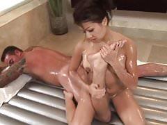 Sexy asiatique cuty donne massage à l'huile et vénère coq blanc