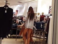 Candidato voyeur larga pierna adolescente de compras en pequeños pantalones cortos