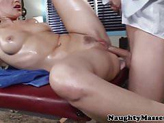 Bellissima figa bionda scopata da massaggiatrice