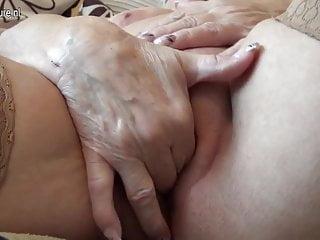 很老的德國奶奶和她的下垂的山雀