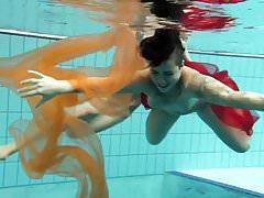 Twee onderwatermeisjes die van elkaar houden