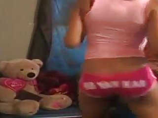 Amateur Babes Softcore video: Une blackette en short rose bandante