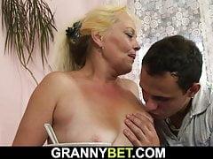 Alte blonde Frau bekommt ihre haarige Muschi gefickt