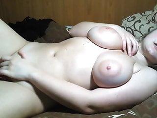 豐滿的金發少女與自然的乳房