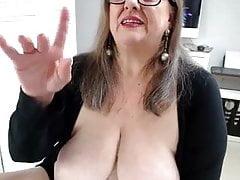 Große und alte Schlampe masturbiert in Webcam.