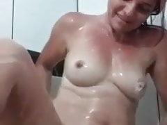 femme se baignant et s'exhibant devant la caméra