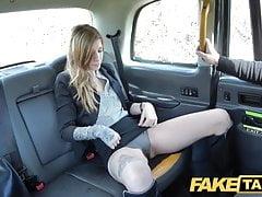 Fake Taxi Busty brunette dostaje jej tyłek rozciągnięty głęboko analny