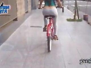 最令人驚奇的屁股騎自行車用繩子丁字褲和駱駝