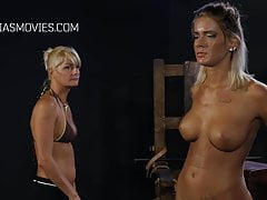Sexy blondýnka jí dává břicho bič