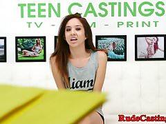 Petite Teen beim Casting hart durchgefickt
