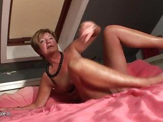 業餘的家庭主婦在她的床上噴射