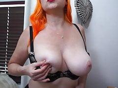 Busty rudowłosa dojrzała mama z owłosioną głodną cipką