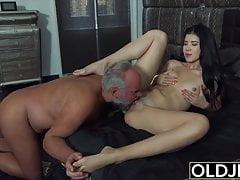 Nympho de 18 anos começa a se masturbar na frente do vovô