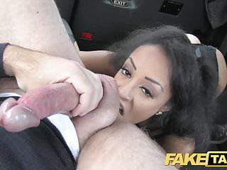 緊身衣褲的假出租汽車美麗的年輕黑人女孩