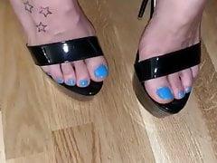 Sexy dita dei piedi blu stuzzicare in tacchi alti neri