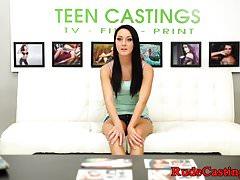 Niewinna nastolatka z trudem rzuciła się na casting