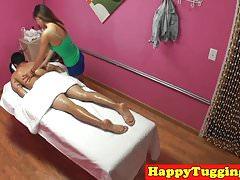 Gros seins masseuse séduisant son client