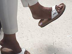 Fetysz butów i stóp - Czarne sandały zwisające MILF