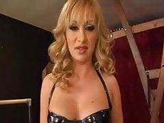 Une maîtresse de milf blonde se montre