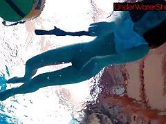 Idealna ogolona nastolatka w basenie