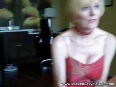 A volte tutto ciò di cui hai bisogno è sesso con una nonnina sexy
