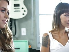 Pretty & Raw - Jill Kassidy & Kitty Carrera se partagent une grosse bite