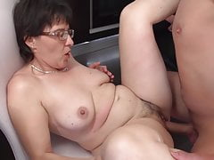 Sexo tabú en la cocina con mamá e hijo