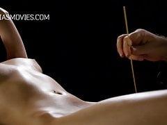 Il giovane schiavo colpì con gli aghi