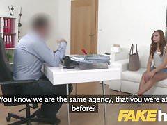 Agente falso Shy aficionado europeo seducido en sofá de casting