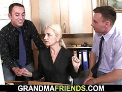 Oma stimmt Dreier Sex für den Job zu