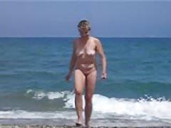 Si masturba in pubblico sulla spiaggia