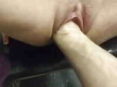 Chica blanca recibiendo su coño fisted