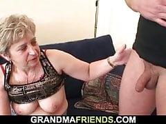 Vieille grand-mère en bas noirs donne la tête et monte