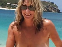 Moglie in topless in spiaggia