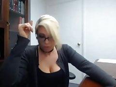 segretario sorpreso a masturbarsi al lavoro