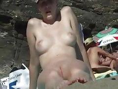 Schön rasierte Muschi am Strand