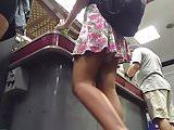 Loira no caixa do super por baixo da saia