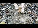 Exhib de la salope dans la boue