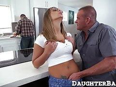 Adolescente seducente vuole un enorme cazzo maturo nella sua stretta stretta