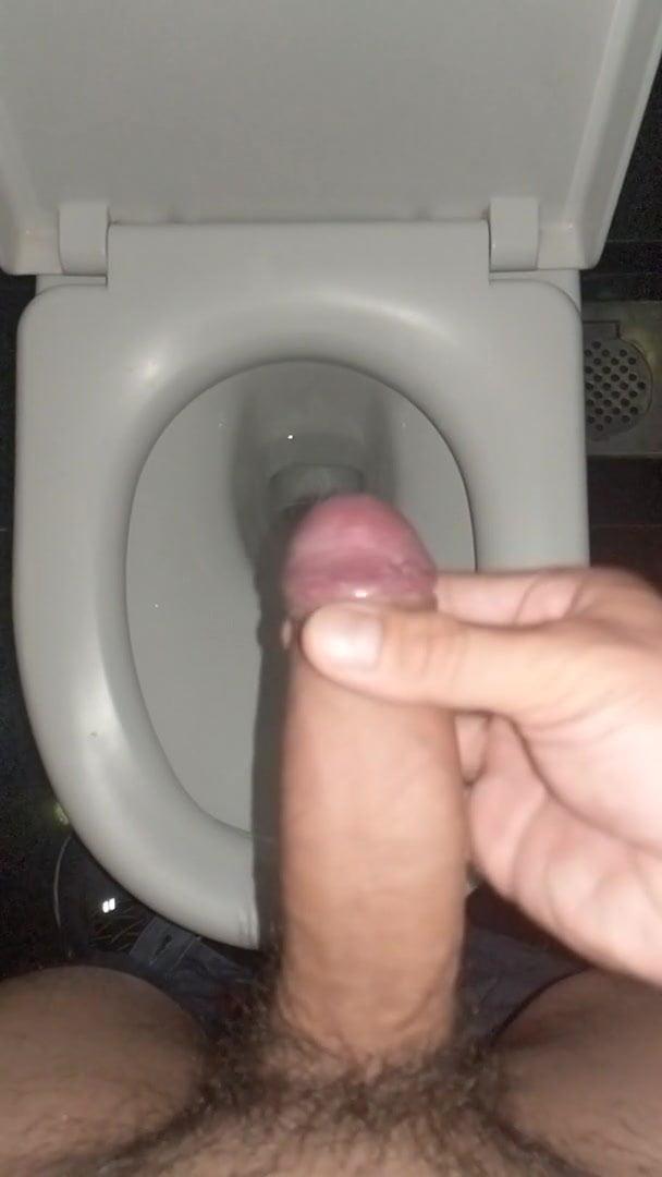 порно дрочит себе хуй в туалете