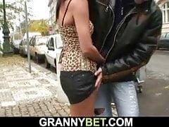 Er nimmt eine 70-jährige blonde Prostituierte auf