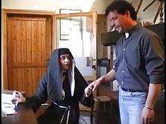Włoska zakonnica w amatorskim gangbangu