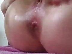 Teen spielt mit ihrem Arsch