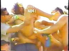 Teen girl group scopata in pubblico con un grosso giocattolo