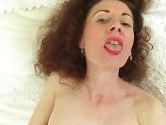 Madre madura delgada con coño mojado y hambriento