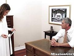 Angst Mormon gal streichelt behaarte Muschi vor einem abweichenden